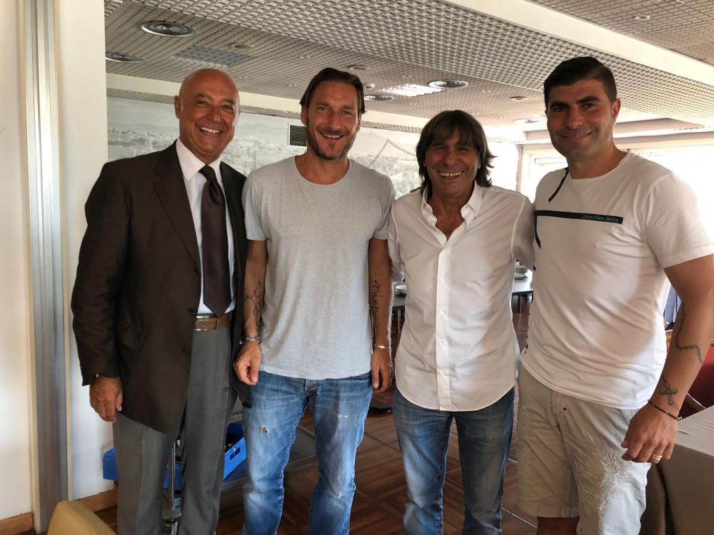 Francesco Totti e Bruno Conti firmano l'accordo con l'Anzio